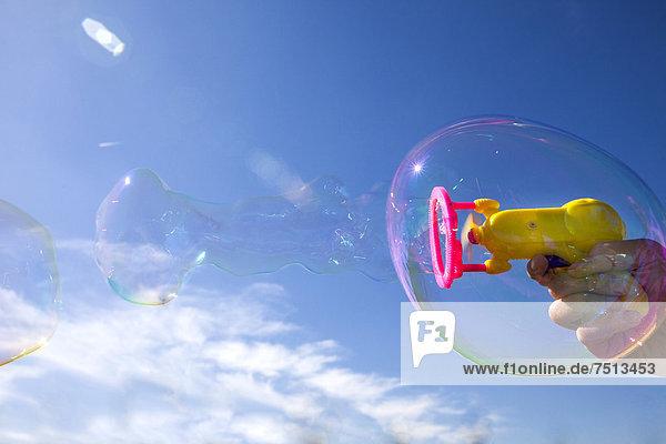 Kleine Seifenblasen  in größere Seifenblasen eingebettet  aus Seifenblasen-Maschine