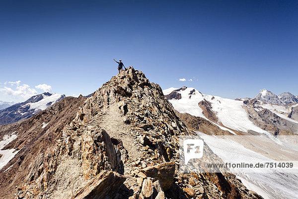 Bergsteiger auf dem Grat beim Überschreiten der Veneziaspitze  hinten Zufallspitze  König und Ortler  Südtirol  Italien  Europa Bergsteiger auf dem Grat beim Überschreiten der Veneziaspitze, hinten Zufallspitze, König und Ortler, Südtirol, Italien, Europa