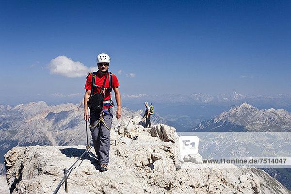 Bergsteiger beim Abstieg über den Klettersteig  Via ferrata Marino Bianchi am Monte Cristallo vom Gipfel des Cristallo di Mezzo  Belluno  Dolomiten  Italien  Europa