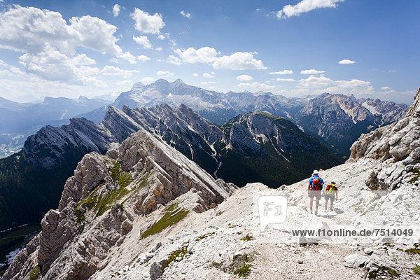 Bergsteiger beim Abstieg über den Klettersteig  Via ferrata Ivano Dibona am Monte Cristallo vom Gipfel des Cristallino  hinten die Tofane  Belluno  Dolomiten  Italien  Europa