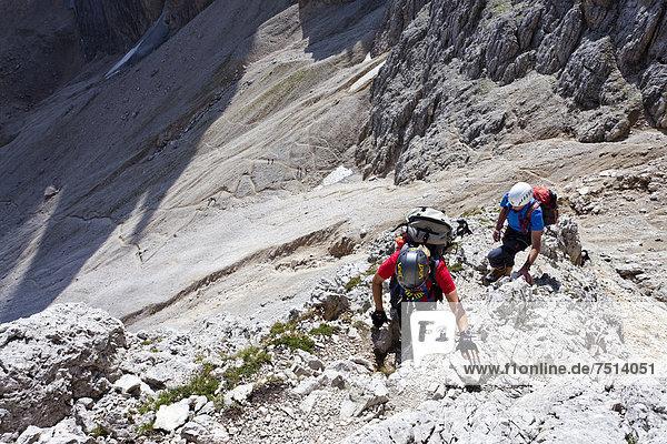 Bergsteiger beim Aufstieg zum Gipfel des Plattkofel über den Oskar Schuster Stieg  Klettersteig  Dolomiten  Südtirol  Italien  Europa