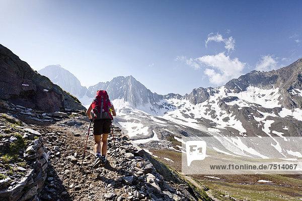 Wanderer auf dem Meraner Höhenweg beim Aufstieg zur Hohen Wilden im Pfossental  Schnalstal  Südtirol  Italien  Europa