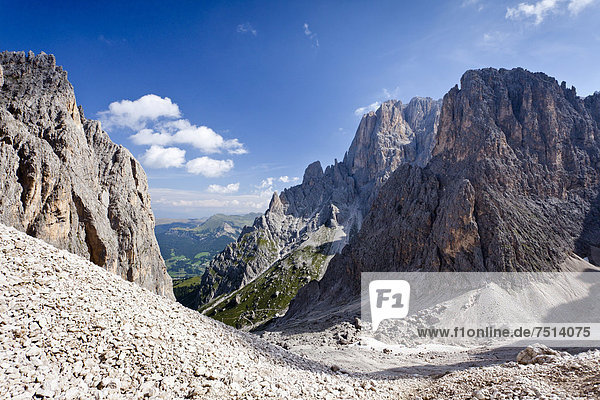 Beim Aufstieg zum Gipfel des Plattkofel über den Oskar-Schuster-Stieg  Klettersteig  hinten der Langkofel  Dolomiten  Südtirol  Italien  Europa