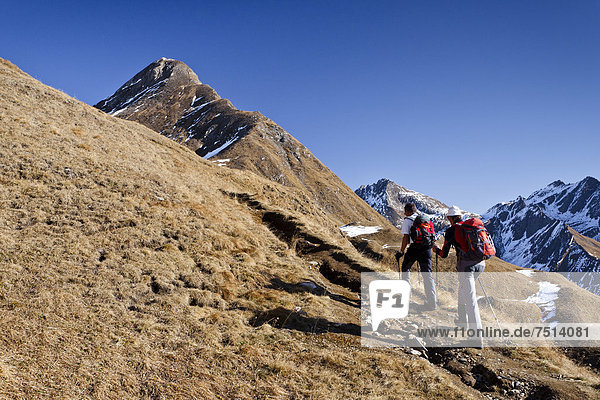 Bergsteiger beim Aufstieg auf die Wilde Kreuzspitze in den Pfunderer Bergen  hier unterhalb des Wilden Sees  hinten die Blickenspitz  Südtirol  Italien  Europa