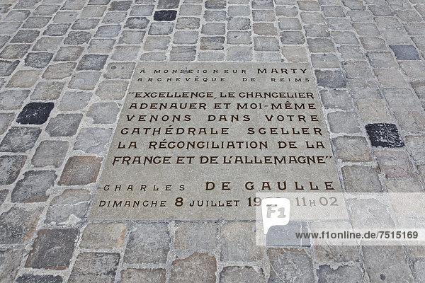 Kathedrale Notre Dame Reims  Gedenkstein vor der Kirche für den Besuch von Adenauer und de Gaulle am 8. Juli 1962  Via Francigena  Frankenstraße  Departement Marne  Region Champagne-Ardennen  Frankreich  Europa