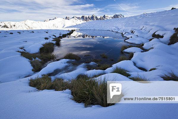 Kalkkögel mit Spiegelung im Wasser  Salfains  Tirol  Österreich  Europa