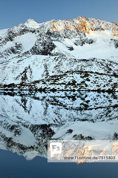 Zuckerhütl mit Spiegelung im Wasser  Stubaier Gletscher  Tirol  Österreich  Europa