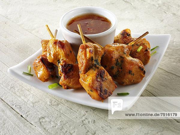 Traditionelles orientalisches Satay-Gericht mit Chili-Dip