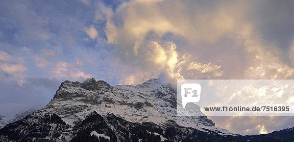 Sonnenuntergang und Wolken über dem Gipfel der Nordwand  Eiger  Schweiz  Europa