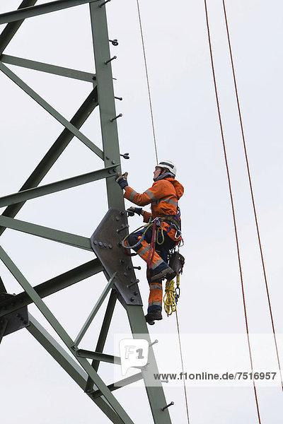 Vorseilzugarbeiten an der 380-kV-Fernleitung des Übertragungsnetzbetreibers 50Hertz  Leitungsseile werden von Mast zu Mast gezogen  mit denen später die eigentlichen elektrischen Leiterseile montiert werden  Freileitungsmonteure in den Strommasten nehmen die Seile auf  Gudow  Schleswig-Holstein  Deutschland  Europa