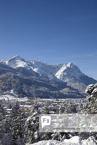Wettersteingebirge  Alpspitze  Zugspitze  Blick vom Gasthof Panorama  Winter  Schneelandschaft  Garmisch-Partenkirchen  Oberbayern  Bayern  Deutschland  Europa