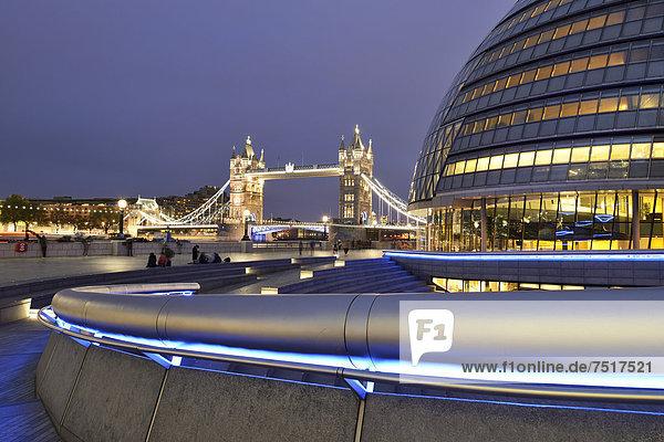Beleuchtete Tower Bridge  rechts das von Norman Foster entworfene Rathaus  City Hall  bei Dämmerung  London  England  Großbritannien  Europa