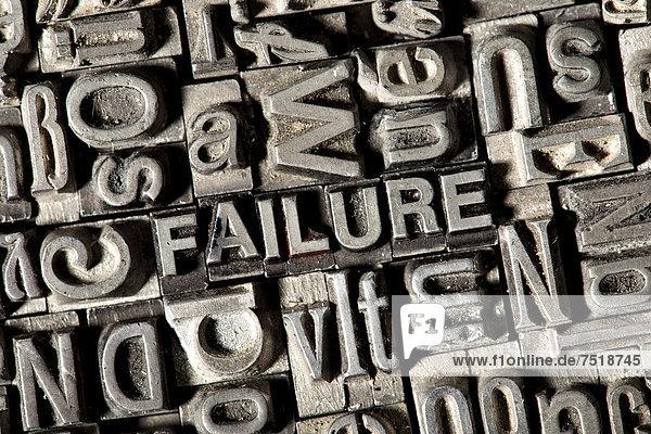 'Alte Bleilettern bilden das englische Wort ''FAILURE'''