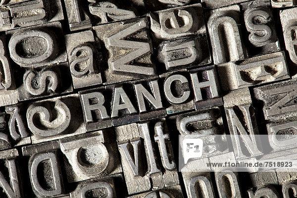 'Alte Bleilettern bilden das englische Wort ''RANCH'''