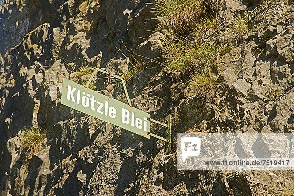 Schild  Klötzle Blei  ein bekannter Bleiwürfel am Metzgerfelsen  Blaubeuren  Schwäbische Alb  Baden-Württemberg  Deutschland  Europa  ÖffentlicherGrund