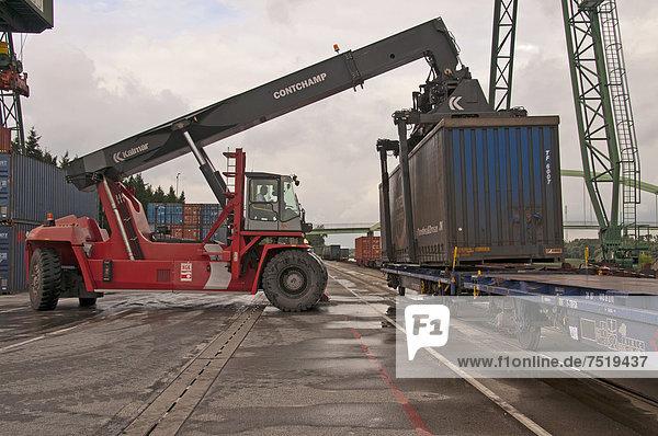 Containerterminal  Kalmar-Spreader schlägt per Bahn angelieferte Container um  Umschlagsterminal Westkai  Köln-Niehl  Nordrhein-Westfalen  Deutschland  Europa