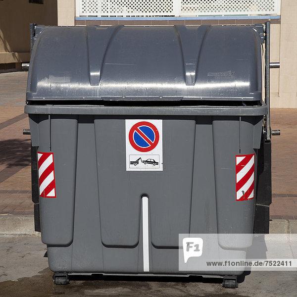 Restmülltonne mit Halteverbotsschild am Straßenrand  Fuengirola  Costa del Sol  Andalusien  Spanien  Europa  ÖffentlicherGrund