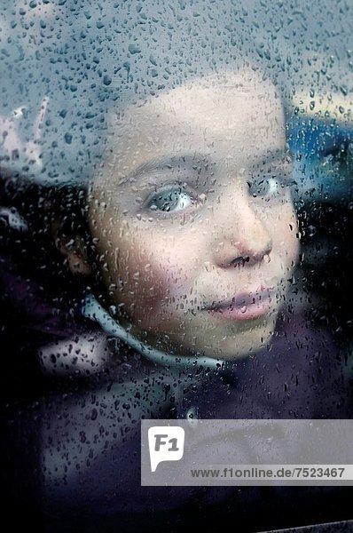 Kind schauen aus dem Fenster