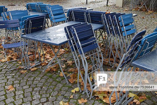 leer Europa Stuhl am Tisch essen Großstadt Geschichte Regen Laub Außenaufnahme Köln Deutschland Rheinland Nordrhein-Westfalen