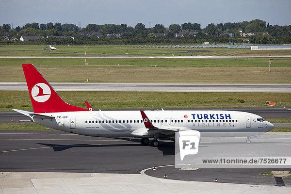 Flugzeug TC-JHF Boeing 737-800 Turkish Airlines auf dem Rollfeld  Flughafen  Düsseldorf  Nordrhein-Westfalen  Deutschland  Europa