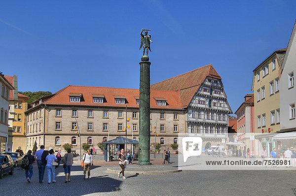 Europa fallen fallend fällt Monument frontal Sieg Gewinn Deutschland Schwäbisch Gmünd Baden-Württemberg