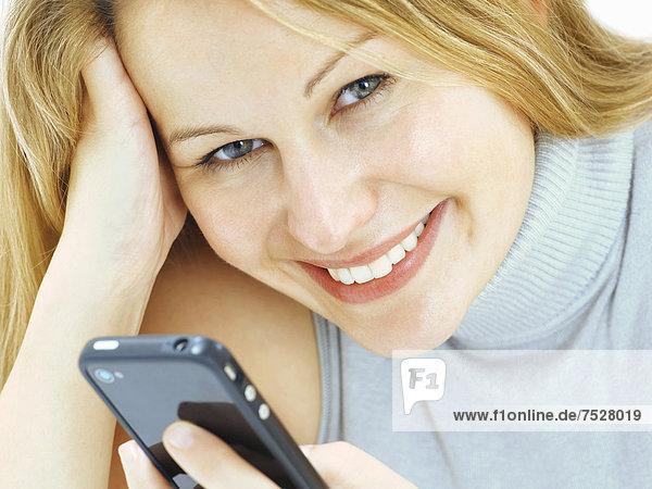 Portrait  junge Frau  lächelnd  Handy