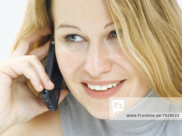 Portrait  junge Frau  lächelnd  freundlich  telefonieren  Handy