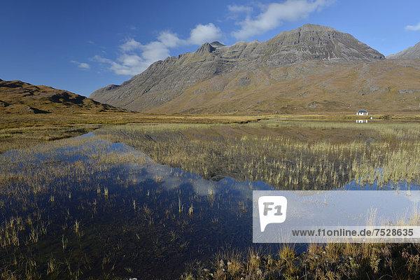 Naturschutzgebiet Europa Berg Großbritannien See Spiegelung frontal Highlands Bootshaus Schottland schottische Highlands
