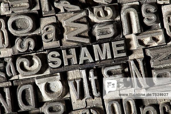 'Alte Bleilettern bilden das englische Wort ''SHAME'''
