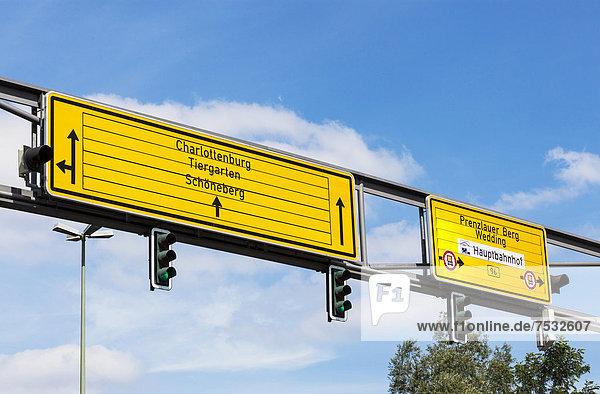 Gelbe Richtungsschilder in Berlin Mitte  Deutschland  Europa