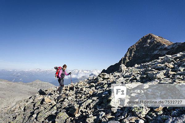 Bergsteiger beim Aufstieg zum Fernerköpfl oberhalb der Rieserfernerhütte in der Rieserfernergruppe im Pustertal  hinten der Schneebige Nock  Südtirol  Italien  Europa