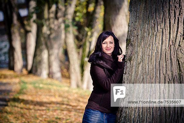 Junge Frau in einem Park im Herbst