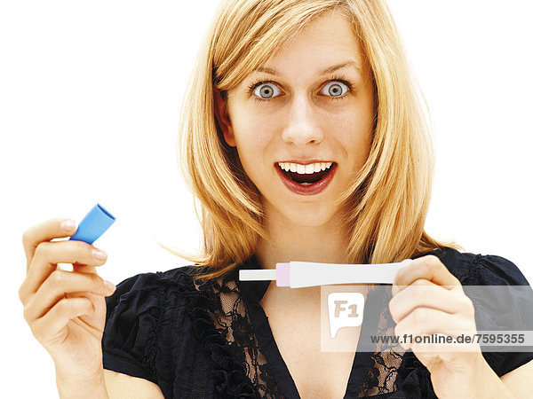 Frau mit Schwangerschaftstest  glücklich