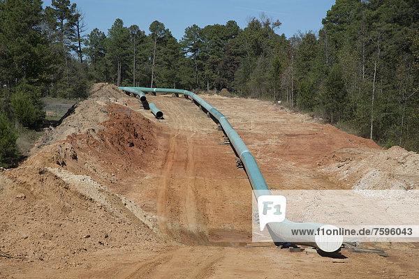 Bau des südlichen Teils der Keystone XL Pipeline  Umweltschützer sind gegen die Pipeline  weil sie schmutziges Teersand-Öl aus Alberta transportiert  zur globalen Erderwärmung beiträgt und auch ist das Risiko erhöht  durch Pipeline-Lecks die Umwelt zu verschmutzen  Winnsboro  Texas  USA