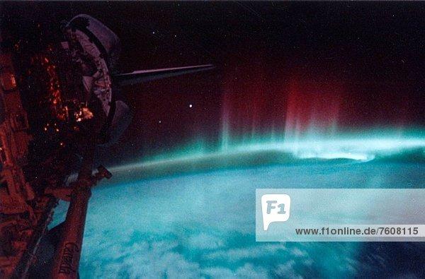 hoch  oben  niedrig  Farbaufnahme  Farbe  gebraucht  eingießen  gießen  fliegen  fliegt  fliegend  Flug  Flüge  Geschwindigkeit  Energie  energiegeladen  Technik  sehen  Aktivitäten  Fotografie  nehmen  zeigen  Tasche  Glut  Beleuchtung  Licht  über  Erde  Sturm  grün  Genauigkeit  Zeit  lang  langes  langer  lange  kurz  kurze  kurzes  kurzer  fotografieren  rot  Radioaktivität  Ansicht  beschädigt  Original  Campingzelt  Rückkehr  Sauerstoffmaske  Sonnenenergie  Seitenansicht  Nervosität  einfühlsam  Polarlicht  Ruhe  200  Raumfahrer  100  500  April  Astronautin  Aurora  Bucht  Elektron  Abgas  Film  links  Maximum  Mai  Haltestelle  Haltepunkt  Station