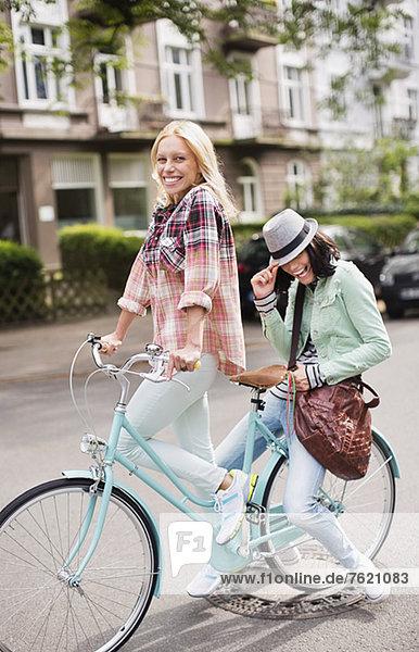 Frauen fahren gemeinsam Fahrrad auf der Stadtstraße