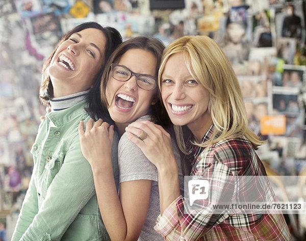 Lächelnde Frauen  die zusammen posieren