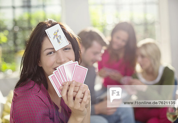 Lächelnde Frau beim Kartenspiel