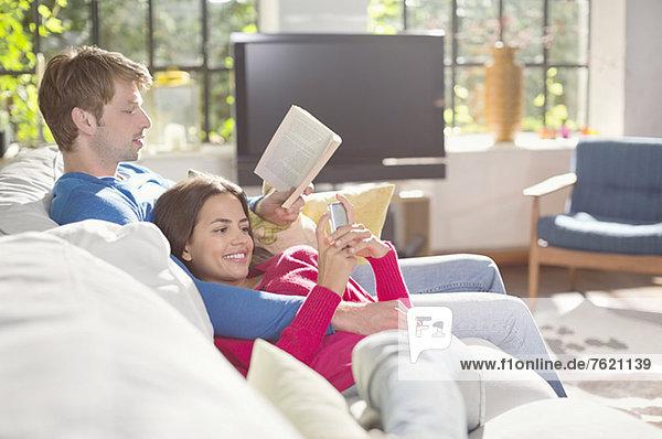 Zusammen auf dem Sofa entspannen