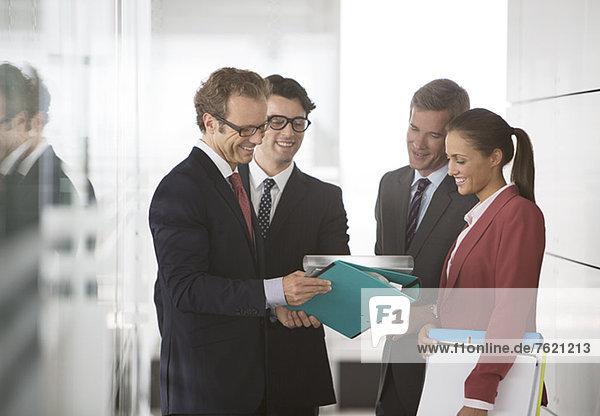 Geschäftsleute sprechen im Büroflur