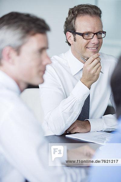 Geschäftsleute sitzen in der Sitzung