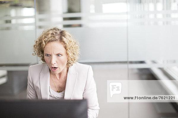 Überraschte Geschäftsfrau im Amt