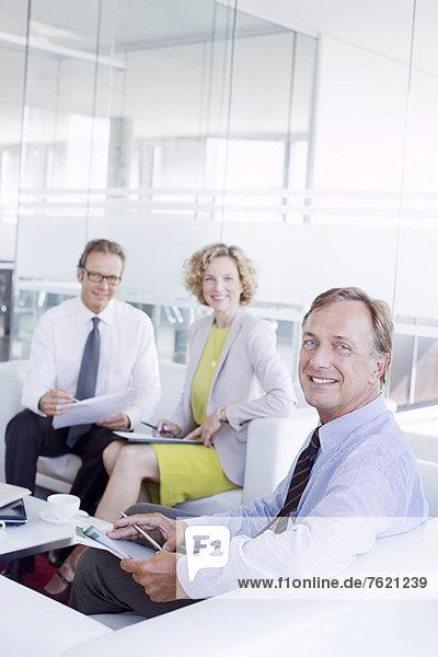 Geschäftsleute sprechen im Bürolobbybereich