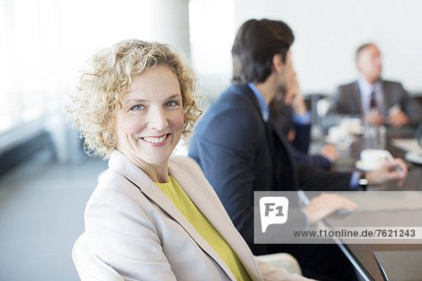 Geschäftsfrau lächelt im Meeting