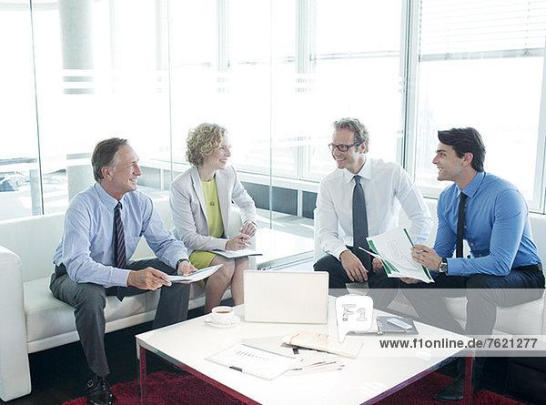 Geschäftsleute sprechen im Lobbybereich