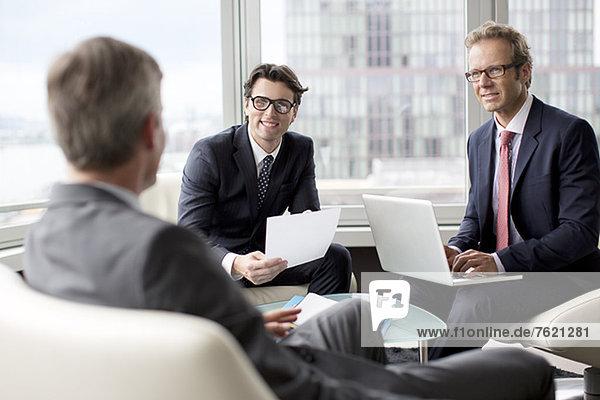Geschäftsleute im Gespräch im Bürobereich