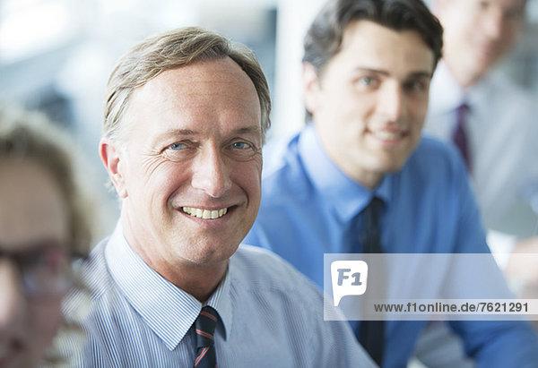 Geschäftsleute lächeln in der Sitzung