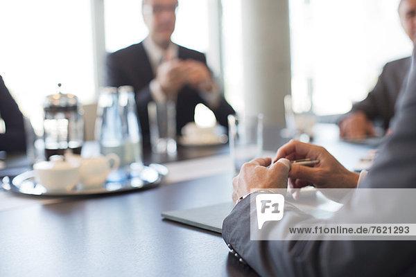 Nahaufnahme der Hände des Geschäftsmannes in der Sitzung