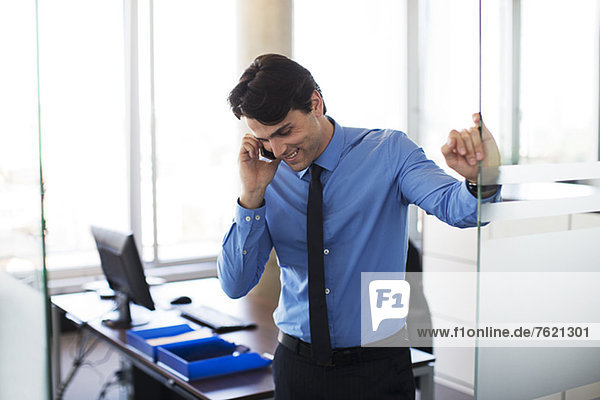 Geschäftsmann beim Telefonieren im Büro