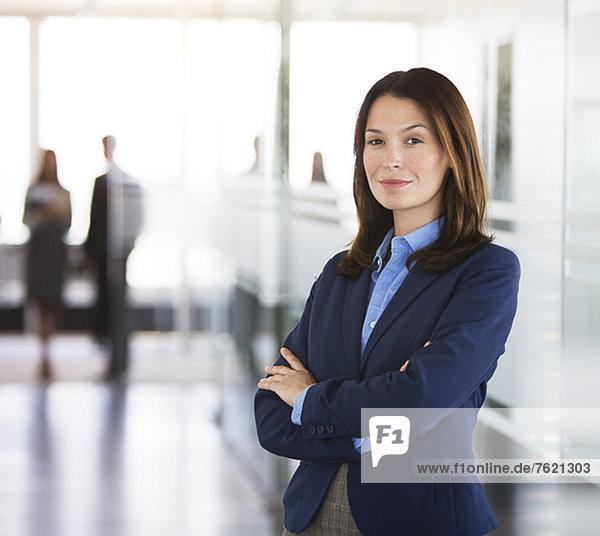 Geschäftsfrau im Büroflur stehend